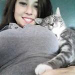Chat bien heureux sur poitrine généreuse