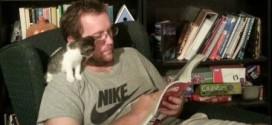 Un chaton qui lit