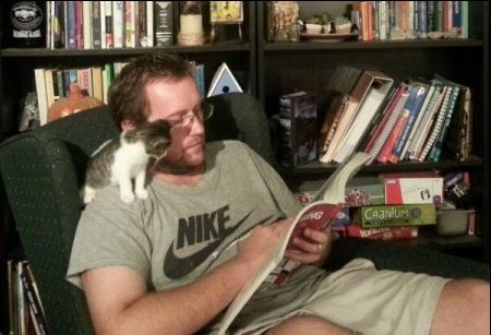 chaton qui lit